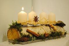 ...jako adventní...  ...hezky přírodní... ....a vánoční věnec na dveře...  ...ve zlaté a červené...Konečně visí...