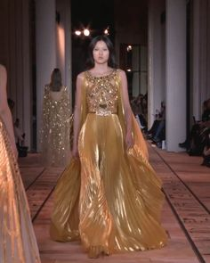 Stunning Embellished Backless Golden A-Lain Evening Maxi Dress / Evening Gown with Open Shoulders, Open Back and a Train. Runway Show by Zuhair Murad. Style Couture, Haute Couture Dresses, Couture Fashion, Runway Fashion, Elie Saab Couture, Event Dresses, Nice Dresses, Prom Dresses, Wedding Dresses