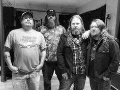 """Hier, Hogjaw étaient en promotion au Show-Room Gibson pour leur opus """" Way Down Yonder """" déjà dans les bacs chez Snakefarm Records.  Leur message ; https://youtu.be/HU1GYY3QIkI"""