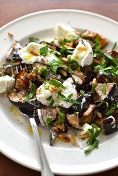 Simple like a roast eggplant salad with spices - More eggplant, you say! Normal because I love it and in all its forms. Plus it& the season so - Veggie Recipes, Salad Recipes, Vegetarian Recipes, Chicken Recipes, Cooking Recipes, Roasted Eggplant Salad, Roast Eggplant, Healthy Dinner Recipes, Food Inspiration