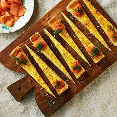 En ostpaj är tacksam buffémat, lättare lunch eller bara som mysig middag. I den här ostpajen gömmer sig två sorters ost, svecia och parmesan, tillsammans med mjukstekt lök på gränsen till karamelliserad. Lyxpaj? Toppa med rom och bjud med kallrökt lax! Tapas, Swedish Cuisine, Scandinavian Food, Swedish Recipes, Cocktail, Mini Foods, Dessert For Dinner, Food For A Crowd, Different Recipes