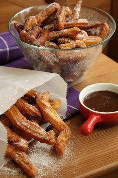 Churros - Hozzávalók 2,5 dl tej 5 dkg vaj 1 evőkanál cukor 1 csipet só 15 dkg Mester süteményliszt 3 tojás 1/2 kávéskanál vaníliakivonat a sütéshez: kb. 4 dl olaj a tálaláshoz: 2 evőkanál porcukor 1 kávéskanál őrölt fahéj az öntethez: 1,5 dl habtejszín 10 dkg étcsokoládé
