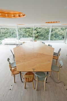 Open / Informal Meeting Areas > Multiple tables that can group together to form larger work surface