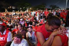 DANIEL TEIXEIRA / ESTADAO - Manifestantes contra o impeachment assistem a votação e alguns choram de emocao