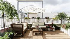 Dwupoziomowe mieszkanie w stylu scandi - jasne, pomysłowe, po prostu piękne! Taras to bajka