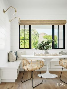 Here's a little dining nook inspo from chairs to get you through this Tuesday! 📸: 👌🏻 ALSO, in case you're looking for a tasty appetizer to put on that table, we're sharing our delicious copycat spinach dip on the site (link in bio 👆🏻)! Dining Nook, Dining Table, Kitchen Banquette, Kitchen Design, Kitchen Decor, Kitchen Interior, Mug Design, Inspiration Design, Interiores Design