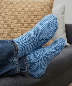 Free Knitting Pattern for Easy Time-Off Slippers - These easy cuffed slipper socks are knit flat and seamed. 4 sizes Mens 10 11 12 Rated easy by Red Heart. Designed by Christine Marie Chen Easy Knitting Patterns, Loom Knitting, Knitting Socks, Free Knitting, Free Crochet, Knit Socks, Socks Men, Knitting Tutorials, Easy Crochet