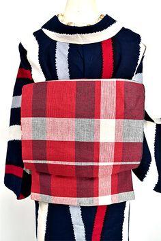落ち着いた赤に清々しく映える白美しく織り出された格子模様がモダンな本麻の開き名古屋帯です。