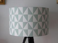 Abat-jour pour pied de lampe motif graphique bleu ciel et blanc : Luminaires par anne-claude-c