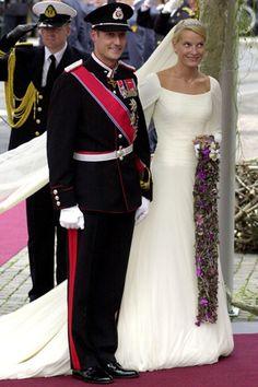 Pareja: Mette Marit Tjessem y el Príncipe Hakoon de Noruega. Fecha: 25 de agosto de 2001. Vestido: confeccionado por el modisto noruego Ove Harder Finseth, el vestido era una soberbia creación de líneas clásicas en crêpe de seda.
