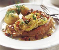 En härligt saftig kötträtt med smak av äpple och bacon. Tillaga fläskkotlett samman med grädde, äpplen, senap och lök. Strö sedan det knapriga baconet över kotletterna - färdigt att serveras!