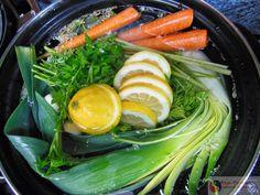 Groentebouillon maken De basis voor elke soep is een bouillon. Zelf een heerlijke groentebouillon maken is eenvoudig en heel gezond. In de meeste bouillonblokjes zit namelijk een flinke hoeveelheid mononatriumglutamaat (E621) ofwel vetsin, wat slecht is voor de gezondheid. Het heeft onder andere een eetlustverhogende werking, omdat het de hormoonhuishouding kan ontregelen. recept groentebouillon basis Maak gerust een grote pan en bewaar deze in porties in de diepvries. De groentebouillon is…