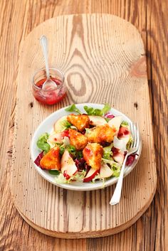 Immer wieder köstlich! Bunter Salat mit gebackenem Camembert | http://eatsmarter.de/rezepte/bunter-salat-mit-gebackenem-camembert