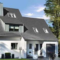 Unser Dachziegel-Designklassiker Rheinland Variabel zeigt sich in der Farbe Xenon-Grau von seiner modernen Seite. Style At Home, Construction Materials, Mansions, House Styles, Home Decor, Olive Tree, Dormer Windows, Attic Rooms