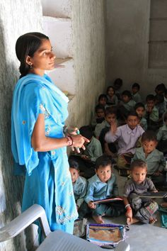 So much can be said about the power of a good education and these very young students already know that school is the path to a more prosperous life. This is another photo from a rural private school in central India. Schools Around The World, People Around The World, Rishikesh, Varanasi, Saris, Namaste India, India School, Amazing India, India Culture