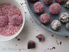 Dadelkugler med lakrids Date balls with almond and liquorice
