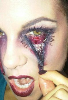 Funny pictures about Halloween makeup. Oh, and cool pics about Halloween makeup. Also, Halloween makeup. Costume Halloween, Halloween Makeup Clown, Holidays Halloween, Halloween Make Up, Halloween Crafts, Pretty Halloween, Halloween Painting, Really Scary Halloween Costumes, Paper Halloween
