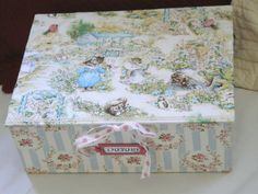magnifique boîte de darling cousette Beatrix Potter, Hat Boxes, Altered Boxes, Album, Tins, Decoupage, Globe, Decorative Boxes, Photos