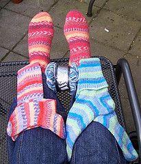 Sokken, twee op één rondbreinaald, vanaf de teen, met rondgebreide hiel. Een patroon in het Nederlands.