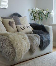 殺風景で寂しい部屋にもシープスキン(ムートンラグ)をサッと敷くだけで、一気にゴージャスな部屋へと大変身できます。この冬、部屋に取り入れたいシープスキンのインテリア術と購入場所をご紹介します。