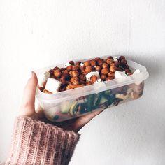 Co do krabičky? | 5 tipů na zdravé obědy Dog Food Recipes, Healthy Recipes, Healthy Food, Halloumi, Granola, Serving Bowls, Food And Drink, Vegetarian, Vegan
