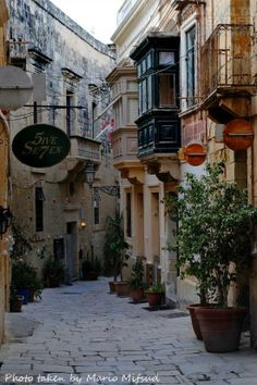 A beautiful narrow street in Vittoriosa. l Malta Direct will help you plan an unforgettable trip