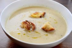 Creamy, tummy warming cauliflower soup with golden grilled cheese croutons. Crouton Recipes, Soup Recipes, Vegetarian Recipes, Ambrosia Recipe, Hot Soup, Cauliflower Soup, Slice Of Bread, Cheeseburger Chowder, How To Stay Healthy