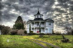 The Parrot house in Roseburg Oregon. Sure wish someone would show it some love!