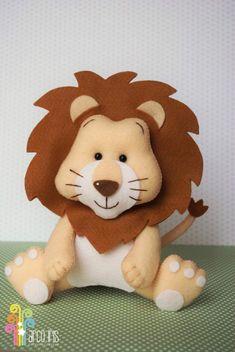 Aprende cómo coser un muñeco de león en fieltro paso a paso ~ Haz Manualidades Baby Crafts, Felt Crafts, Diy And Crafts, Felt Animal Patterns, Stuffed Animal Patterns, Peluche Lion, Felt Decorations, Marianne Design, Baby Art