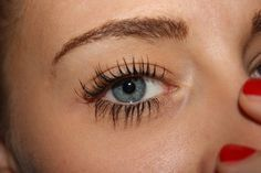 """The use of mascara dates back to ancient Egypt. Even though most mascara formulas contain the same basic formula - such as pigmentation, waxes, and oil - most of the commercial mascaras contain """"other stuff"""" that is bad for skin health. Homemade Mascara, Eyelash Extensions Prices, Beste Mascara, Natural Makeup Tips, Natural Beauty, Natural Mascara, How To Apply Mascara, Forever Living Products, Waterproof Mascara"""