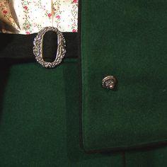 Sehr schönes edles Trachtenkostüm aus grünem Loden. Es besteht aus einem schmalen Rock mit schwarzem Gürtel und einer passenden Jacke mit wunderschönen Knöpfen.  Beide Teile sind komplett...