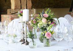 #Hochzeit auf #Schloss #Assumstadt - #Rillenvasen und #Kristallvasen eigenen sich wunderbar für eine #Vintagehochzeit passend dazu #wiesenhafte #Sträußchen in #rosa #weiß #grün und etwas # gelb - #Vintage #Wedding #Weddingideas #Weddinginspiration #Weddingbouquet #bride #bouquet