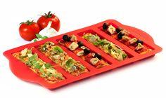 Kit à pizza composé d'un moule et d'un emporte-pièce. Préparez rapidement vos mini pizzas, tartines individuelles ....à déguster à l'heure de l'apero ou lors de vos soirées et goûters ! Soyez créatif : mini pizzas chèvre et miel, bruschettas mozzarella, tartes aux fruits, brownies…. Retrouvez le moule sur www.cookandjoy.fr