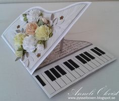 Annelis Pysselbox: Piano card in white with summer flowers!