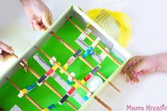 Damit Kindern beim WM-Schauen nicht langweilig wird, haben wir diesen Mini-Tischkicker aus Schuhkarton gebastelt!