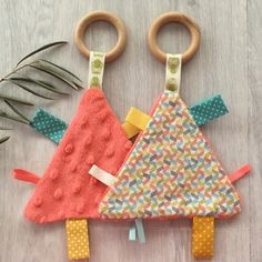 3 p'tits chamailleurs Doudou étiquettes « minky corail Baby Sewing Projects, Sewing For Kids, Free Sewing, Sewing Toys, Sewing Crafts, Dou Dou, Diy Bebe, Baby Accessoires, Baby Couture