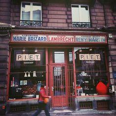 Herinner je je nog de mozaïekvloer met Au bon marché? Dit is het volledige plaatje. Vandaag kun je er interieurspullen kopen, maar vroeger v...