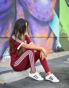 Burgundy Adidas are all we've ever dreamed of and more. Casual Outfits Summer Classy, Cute Sporty Outfits, Simple Outfits, Joggers Outfit, Adidas Outfit, Tights Outfit, Mode Outfits, Girl Outfits, Fashion Outfits