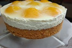 Die Pfirsich-Mascarpone Torte schmeckt sehr gut und ist relativ leicht, weil nur ein Teil Mascarpone verwendet wird und stattdessen noch Joghurt und Schmand. Die Torte besteht aus einem lockeren Bi…