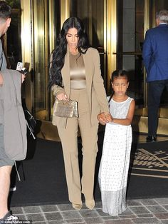 Kardashian has been in the D. area this week shooting for her upcoming documentary called The Justice Project. pictured above with her daughter North leaving her hotel to head to the White House Estilo Kardashian, Kim Kardashian And Kanye, Kardashian Style, Kardashian Jenner, Kylie Jenner, Kim K Style, Jenner Style, Professional Outfits, Classy Outfits