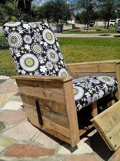 up-cycled lazy boy recliner (pallet style) w/ mid century vibe thetadbiteclectic : decor project gallery Diy Outdoor Furniture, Diy Furniture, Outdoor Chairs, Outdoor Decor, Lazy Boy Recliner, Pallet Projects, Pallet Ideas, New Room, Custom Homes