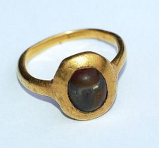 A century high-carat gold amuletic ring set with a fossilized 'toadston… - Folkloreschmuck Renaissance Jewelry, Medieval Jewelry, Ancient Jewelry, Roman Jewelry, Old Jewelry, Antique Jewelry, Silver Jewelry, Antique Rings, Antique Gold