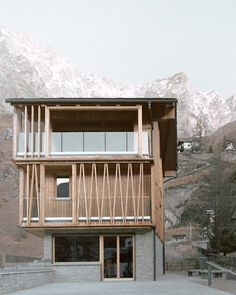 The Climber's Refuge reintreprets traditional Alpine chalet Alpine Chalet, Compact House, Dry Stone, Timber Cladding, Relaxation Room, Terrace Design, Small Buildings, Large Windows, Art And Architecture