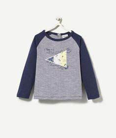 LE TEE-SHIRT BASEBALL :                     Un tee-shirt imprimé rayé et drapeau pour un look de marin !            LE TEE-SHIRT RAYÉ, col rond, manches longues contrastantes, imprimé drapeau.