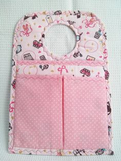 Lixeira para carro com compartimentos para óculos, celular ou itens de sua preferencia. Small Sewing Projects, Sewing Hacks, Sewing Crafts, Baby Girl Quilts, Girls Quilts, Bead Embroidery Patterns, Sewing Patterns, Craft Stick Crafts, Diy And Crafts