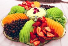 30 Tasty Fruit Platters for Just about Any Celebration . Via at With Thanksgiving coming, this cute fruit platter arranged like a turkey Fruit Decorations, Fruit Arrangements, Food Platters, Veggie Tray, Fruit Displays, Fruit Recipes, Detox Recipes, Party Snacks, Party Trays