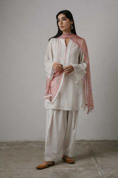 zc-1331 Simple Pakistani Dresses, Pakistani Fashion Casual, Pakistani Bridal Dresses, Pakistani Dress Design, Pakistani Outfits, Indian Outfits, Frock Fashion, Suit Fashion, Women's Fashion Dresses