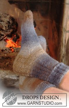 Toasted Delight / DROPS Extra – Free knitting patterns by DROPS Design – socken stricken Poncho Knitting Patterns, Loom Knitting, Knitting Socks, Knit Patterns, Free Knitting, Drops Design, Beginner Knit Scarf, Magazine Drops, Drops Patterns