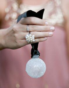 bola de navidad decorada con purpurina o sal