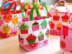 Tiny Totes, free pattern Very cute and easy to make to use as gift bags or party favor bags Sewing Hacks, Sewing Tutorials, Sewing Patterns, Fabric Crafts, Sewing Crafts, Sewing Projects, Creation Couture, Tote Pattern, Free Tote Bag Patterns